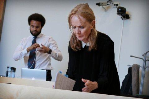 FORSVARER: Anne Elisabeth Kroken forsvarer én av de ti tiltalte. Adrian Norense Idehen  (bak) er også forsvarer i samme sak.