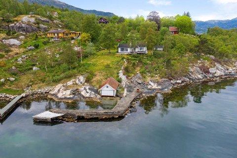 PERLE: Denne unike fritidsboligen på Høle med tilhørende naust og brygge og en fem mål stor tomt kan bli din for 6,7 millioner.