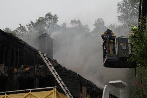 Brannmannskapene jobber med å få kontroll på brannen i Grevlingveien.