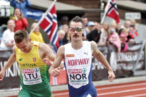 SATSER PÅ EIENDOM: Henrik Ingebrigtsen i aksjon under EM for lag som ble holdt i Sandnes i sommer. Nå satser løperen på andre fronter. Foto: Frode Olsen