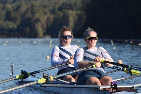 Siri Tønnessen og Sigrid Nilsen fosser fremover i vannet til gullmedaljer.