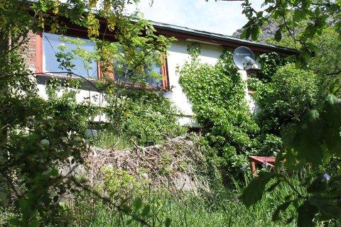 NEDGRODD: Huset bærer preg av over 30 års ventetid. Kanskje må det vente i 30 år til? (privat)