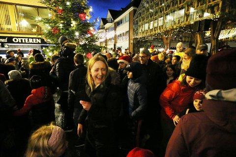 DIGITALT: Folk i Sandnes stimler vanligvis til sentrum 1. søndag i advent for å se tenning av granen, og for å gå rundt juletreet. 2020-utgaven vil skje digitalt.