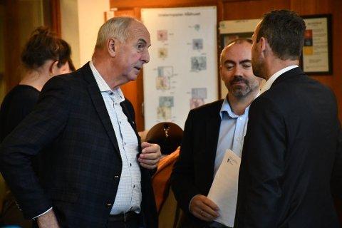 SAMARBEID: Stanley Wirak (Ap) i samtale med Tom Henning Slethei (Frp) og Jarle Bø (Sp) fra henholdsvis Sola og Randaberg.