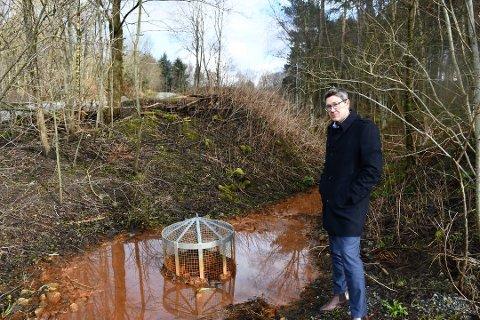 Arne Oftedal (Ap) har løftet det brune vannet i Varatunparken til et politisk nivå.