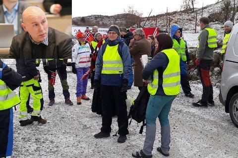 IRRITERT: Kenny Rettore (lille bildet) mener NVE viser en arrogant holdning overfor Sandnes kommune. Det andre bildet er tatt 31. januar 2020 under en demonstrasjon utenfor portene inn til anlegget.