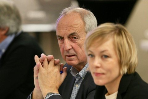 Styringsgruppen ber departementet om klart svar. Her er Stanley Wirak sammen med fylkesordfører Marianne Chesak.