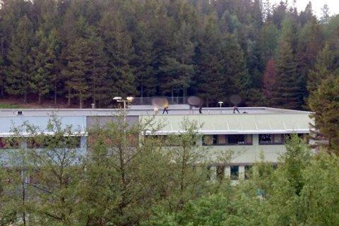 UGREIT: Det er noe harmløst over klatringen og at ungdommer oppholder seg på taket av Bogafjell skole, men Sandnes Eiendomsselskap oppfordrer til at ingen bruker taket på offentlige bygninger til denne type aktivitet.