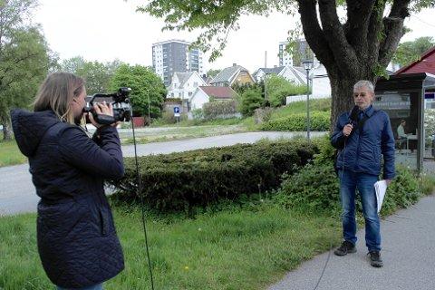 GUIDE: Arne Schanche-Olsen er guide på Sandnes historielags byvandring på Sand-neset. Fotograf er Silje Amdal.