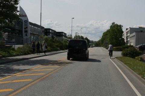 Brukere av Hoveveien kan se langt etter sykkelfelt og fortau på begge sider. Dette bildet illustrerer utfordringene, og ble tatt 11. juni.