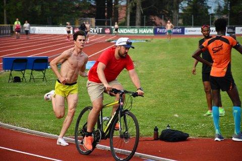 STOREBROR: Jakob får god hjelp av Kristoffer Ingebrigtsen på sykkel tidligere i sommer.