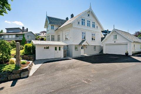 Sjelden villa: Eiendomsmegler og daglig leder i Eie eiendomsmegling Rune Larsen, forteller at sveitservillaen i Lunden 14 er sjelden vare i Sandnes, og det finnes svært få igjen som er i en slik stand.