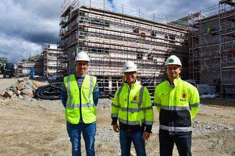 Disse skal sørge for at Kleivane skole er klar til neste skolestart. Fra venstre: Morten Braut i Sandnes Eiendom, anleggsleder Gunnar Harestad og prosjekteringsleder Aleksander Thrane Lura i Backe Rogaland.