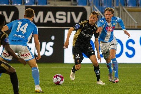 Tromsøs Magnus Andersen i aksjon under 1. divisjonskampen i fotball mellom Sandnes Ulf og Tromsø på Østerhus Arena. André Sødlund og Sandnes Ulf kom ofte på etterskudd.