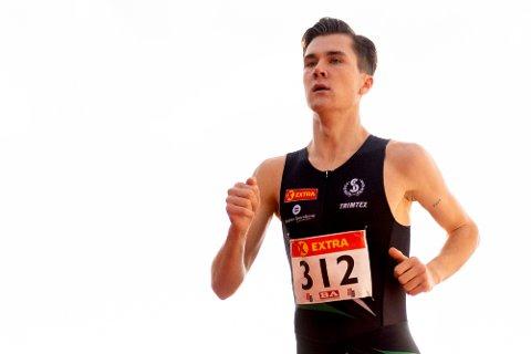IMPONERTE I BERGEN: Jakob Ingebrigtsen (Sandnes IL) i aksjon i finalen p1500 meter under NM i friidrett pFana stadion. Foto: Fredrik Hagen / NTB