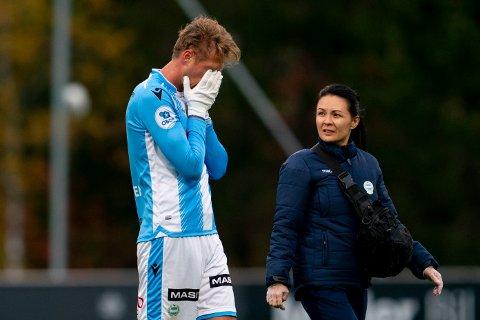 Magnus Retsius Grødem gikk sv banen etter 18 minutter. Her med fysikalsk assistanse fra Amanda Andelic.