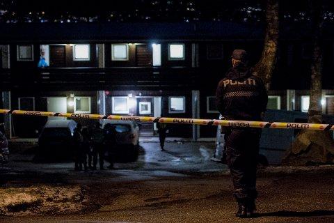 I SKUDDLINJEN: Politi ved stedet på Dale i Sandnes der en mann i 50-årene ble skutt av politiet etter at han selv løsnet skudd mot politiet. Foto: Carina Johansen / NTB
