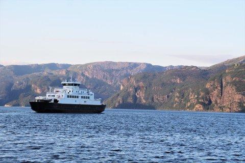 SAMBANDSPAUSE: MF Petter Dass har ikkje gått over Høgsfjorden sidan november.