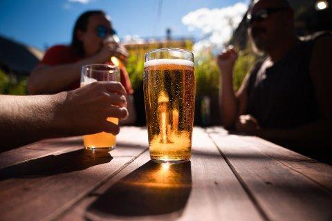 Regelverket betyr at det kan skjenkes alkohol frem til 22.00 dersom drikkingen skjer i forbindelse med et måltid.