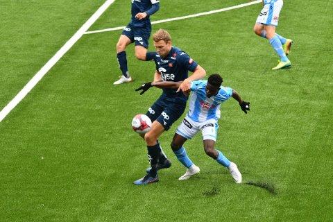 Sandnesposten sender samtlige treningskamper fra Øster Hus Arena i år. Her er Maxwell Effiom i duell med Vikings Runar Hove.