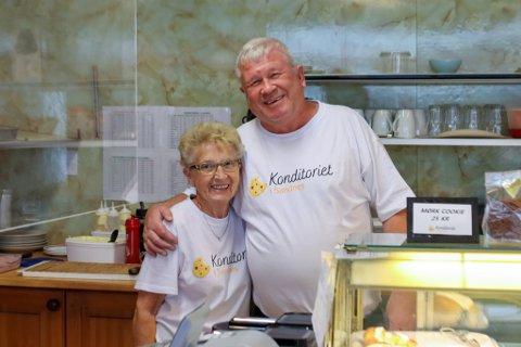 Kjellaug Pedersen har stått bak disken i rundt 20 år. Her er hun sammen med eier av Konditoriet i Sandnes; Rolf Magne Stokvik.
