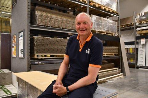 PÅGANG: Varehussjef Bjørnar Stangeland opplevde enorm pågang av kunder som hamstret ved etter at strømprisene gikk opp sist måned.