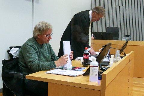 Erling Ludvigsen sammen med sin advokat Jon Olav Holvik da rettssaken startet tirsdag formiddag.