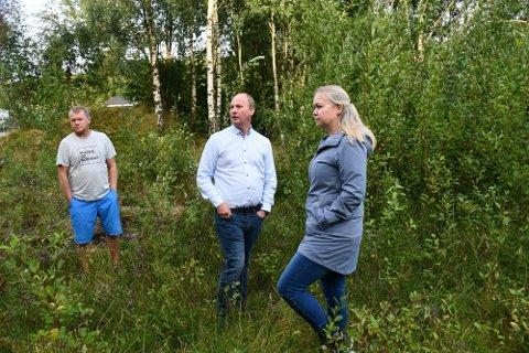 Naboene til de kommende rusboligene er ikke glade. Kjetil Urdal, Gunnar Oksefjell og Jorunn Oksefjell. Arkivfoto.