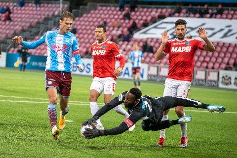 Magnus Grødem under 1 divisjonskampen mellom Kongsvinger og Sandnes Ulf på Gjemselund stadion i fjor. Keeper Riffi Mandanda , Edvard Skagestad og Fredrik Pålerud til høyre.