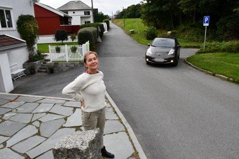 Jorunn Nätt Reisæter har i lang tid opplevd kaos på eiendommen i forbindelse med inn- og utkjøring fra parkeringsplassen.