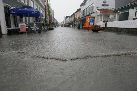 REGN: Utsiktene for 1.- og 2. påskedag er ikke oppløftende. Her er Langgata på en regnfull dag. Arkivfoto.