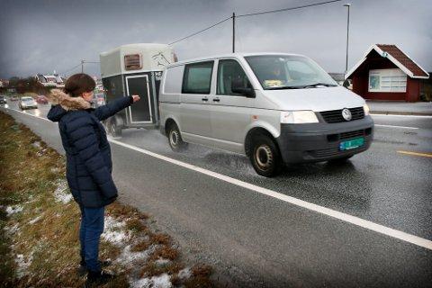 RISIKOSPORT: Det er en krevende oppgave for Ingrid Oftedal å krysse veien for å komme over til det røde busskuret