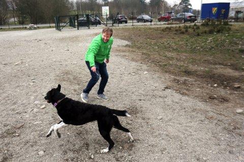 Erlend Kristensen tror ikke det vil være lov å kutte båndtvang i hundeskogen. Han ønsker flere hundeluftegårder som denne på Varatun.