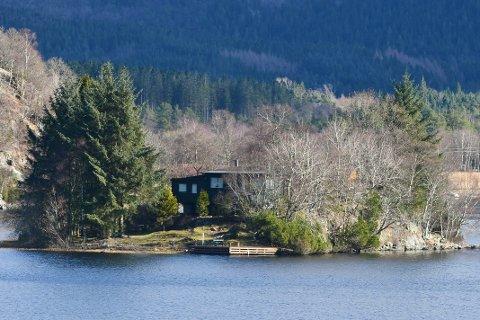 Holmen på Bråsteinvatnet er et yndet feriested for familien som eier den.
