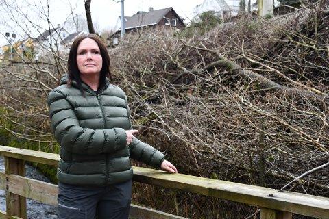 OPPGITT: Elin Idland bruker Sandvedparken daglig. Nå er hun oppgitt over at det flere steder langs jernbanelinjen er nedhoggede trær og kvister som ikke har blitt ryddet opp.