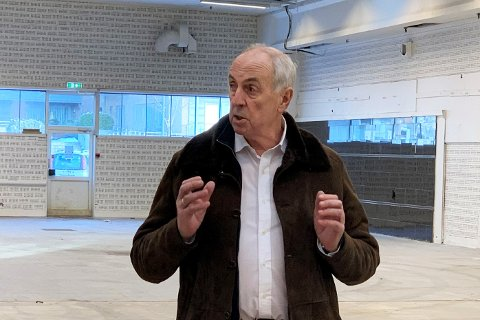 Stanley Wirak i det som nå er flotte vaksinasjonslokaler. Han forteller at kommunene står i stigbøylene, klare til hurtig iverksettelse av lokale tilpasninger, dersom situasjonen forverrer seg.