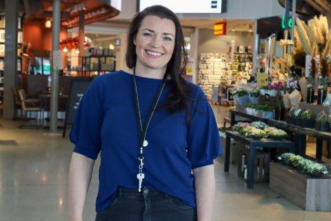 Senterleder Renate Hjørnevik takker de trofaste kundene på Kvadrat.