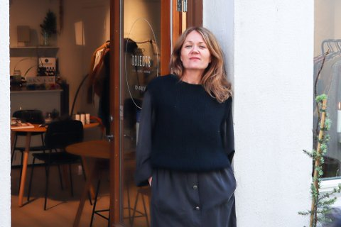Elin Andersen ønsker velkommen inn i den nye butikken i Salomonsmauet. Her selger hun barneklær, interiør og dameklær.