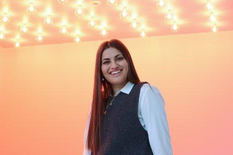 Nada (19) ønsker kunder velkommen til Miss Donuts på Kvadrat i mai. Hun gleder seg til å åpne sin første kafe.
