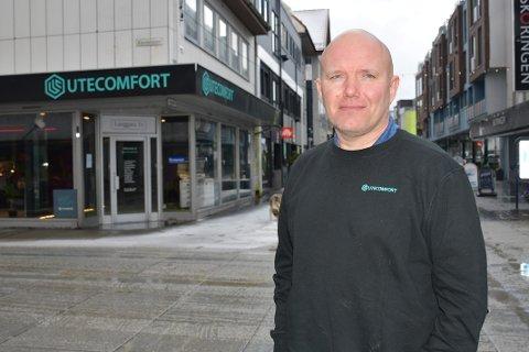 TØFF START:  Eivind Kvarsnes hos Utecomfort hadde forventet flere kunder etter at butikken startet opp i Langgata i mars, men tror på oppgang i tiden framover.