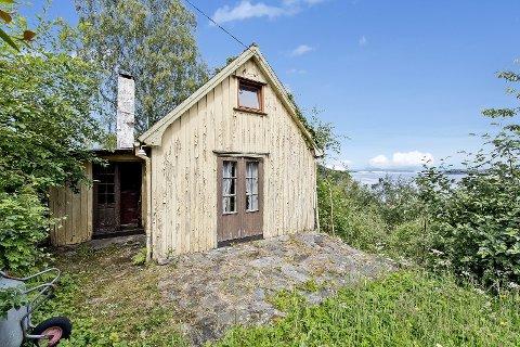 LAVEST PRIS: Denne hytta i Grønnevikveien på Hommersåk har en pris på nesten 1,5 millioner kroner og er den rimeligste som nå er til salgs i Sandnes. Med på kjøpet får man imidlertid en stor tomt og rammetillatelse på arkitekttegnet erstatningshytte.