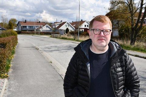 LEI: Kjetil Harestad er en av flere beboere i Foren som nå er grundig lei av økt støy og for høy fart fra bilistene på veien like ved husene. Han mener problemene kan løses ved sett ned fartsgrensen.