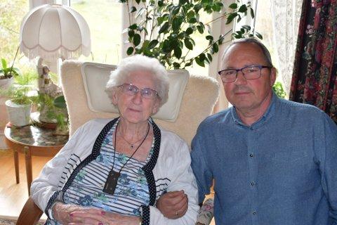 STØTTE : For Erna Gitlesen (94) betyr dagsenterplassen ved Åse bo og aktivitetsenter alt. Både hun og sønnen Rolf Gitlesen fortviler over at kommunen vil legge ned dagsenteret. Nå lover flere partier støtte i kampen for å beholde tilbudet.