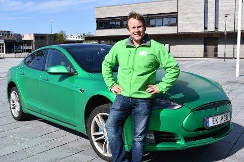 INGEN FARSBØLLE: Tesla-eierne er verstinger i trafikken i følge en undersøkelse fra Fremtind. Erlend Kristensen (MDG) har vært Tesla-eier siden 2018 og kjenner seg ikke igjen i statistikken.