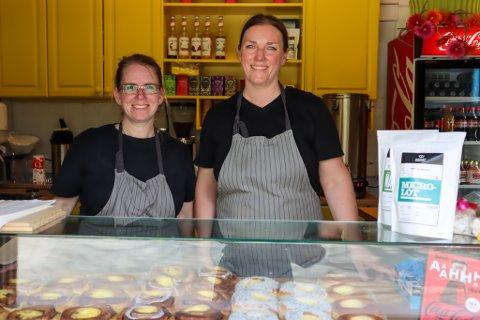 Lena Grimsrud og Tone Lise Fjogstad Dalva betjener flere kunder enn noen gang før. I helgene er det lange køer og de opplever stor tålmodighet hos kundene.