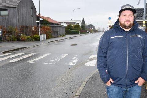 FARLIG: Feilparkerte biler og liten oversikt skaper, ifølge Roy Viste, farlige situasjoner ved denne fotgjengerovergangen i krysset Jønningsheiveien/Sleireveien. Nå vil han at kommunen tar grep.