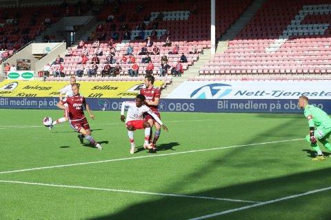 Fredrikstad kunne ledet 2-0 etter denne kjempesjansen.