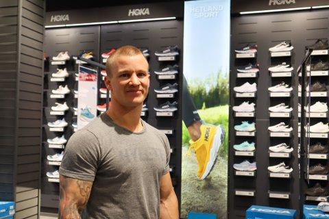 Anders Grønsund (34) er daglig leder på Hetland Sport og opplever det veldig positivt at butikken flyttet fra Huset Vårt til Bystasjonen 8. april. Nå er pågangen på det nye merket deres Hooka stor.