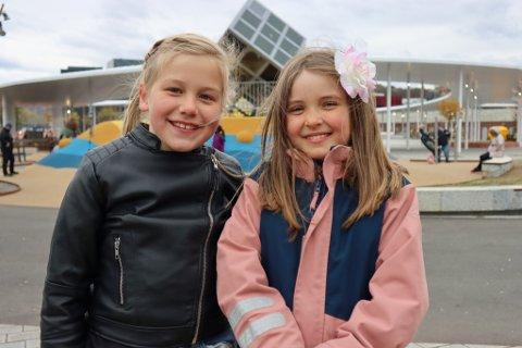Mia Bolstad Brooks (8) og Anna Eikill Jebe (9) syns det er kjempegøy og spennende å lage musikkvideo som alle i verden kan se.