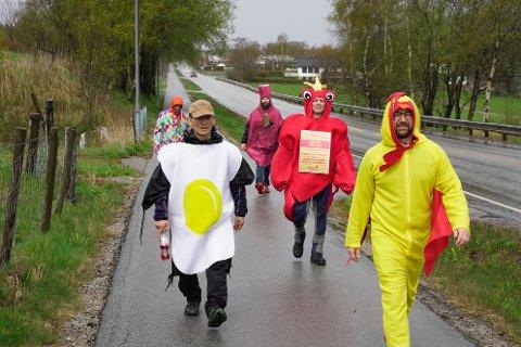 AKSJON: Fred-Ole Hansen (ytst til høgre) stod i spissen for å samle inn 50.000 kroner til drift av salskontoret for Gatemagasinet Asfalt i Sandnes.